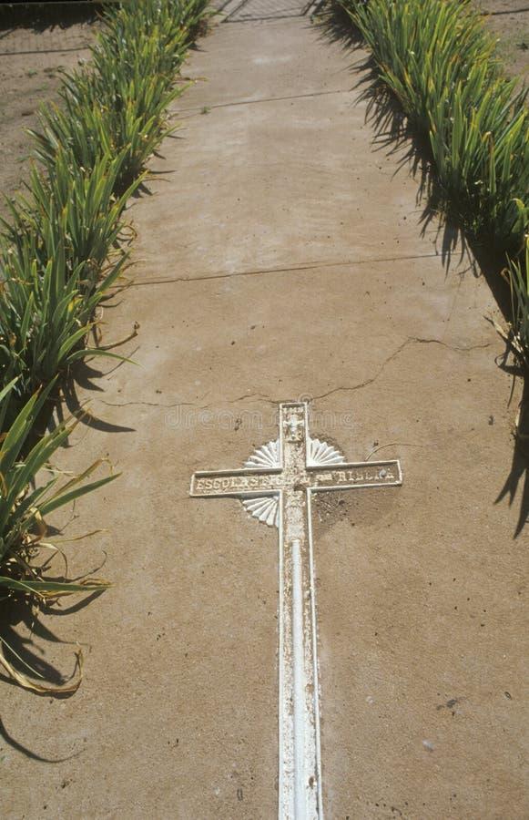 Korsa i trottoar på kyrkan i den nya Taos puebloen - Mexiko arkivbilder