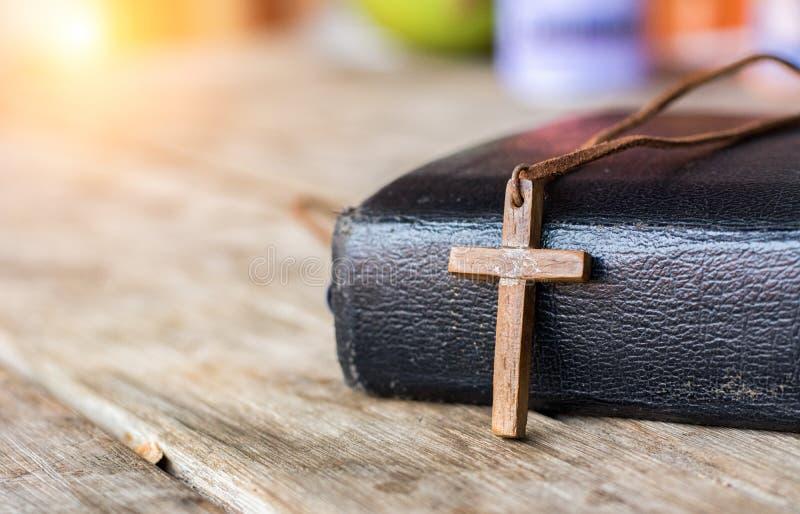 Korsa med bibeln royaltyfria bilder