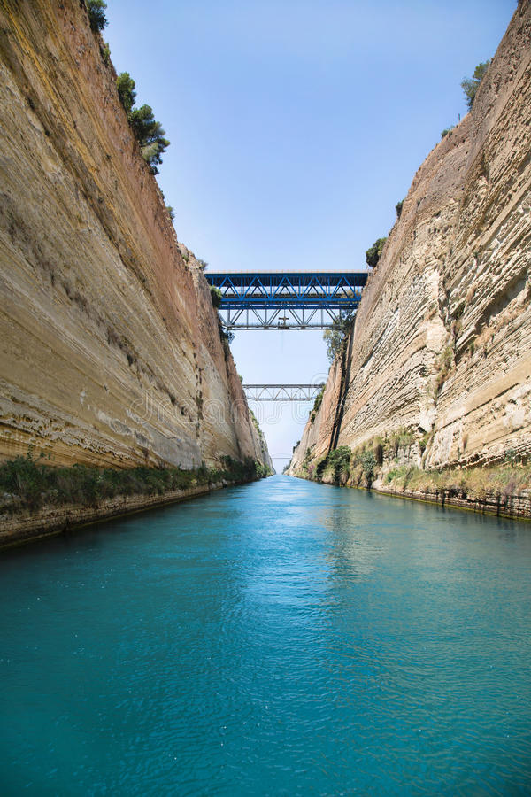 Korsa med en ho för seglafartyg eller yachtkanalen av Corinth arkivfoton