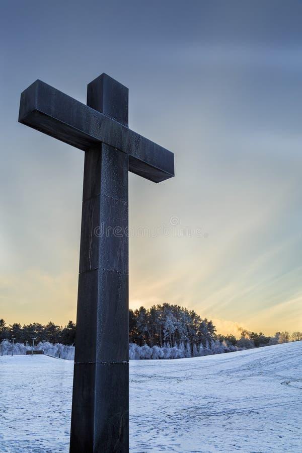 Korsa med skogsmarkkyrkogården i Stockholm i baksida royaltyfri fotografi