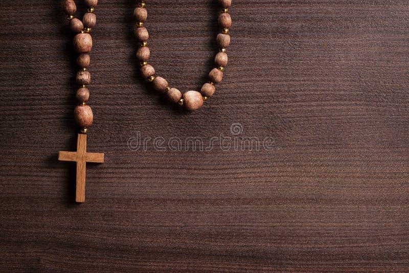 Korsa över brun träbakgrund fotografering för bildbyråer