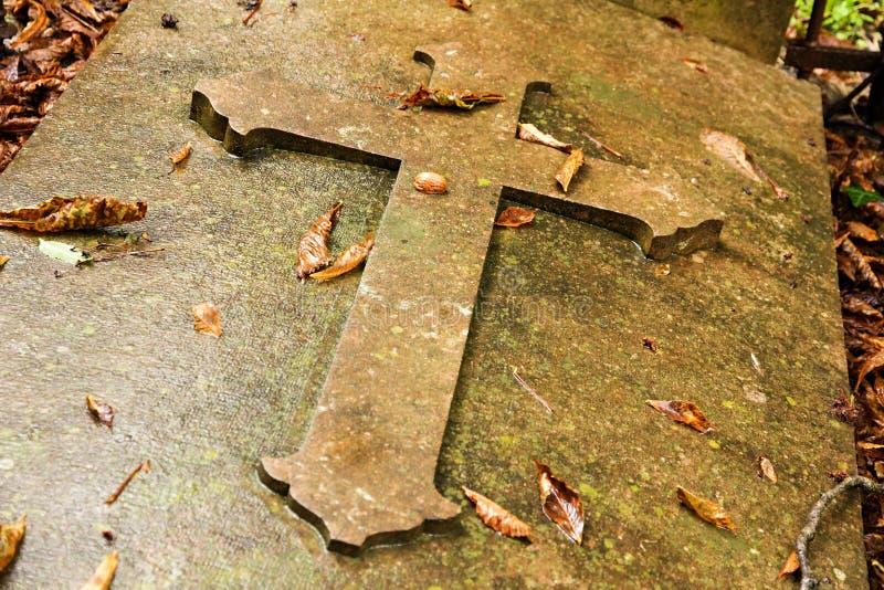 Korsa på grav arkivfoto