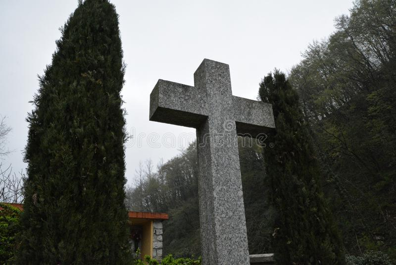 Korsa på kyrkogården royaltyfri bild