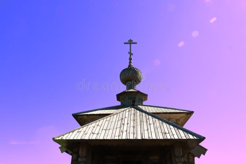 Korsa på träkyrkan i påsken på soluppgång royaltyfria foton