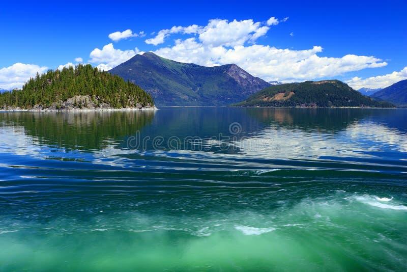 Korsa pil sjön från skyddfjärden till Galenafjärden, centrala British Columbia arkivbild