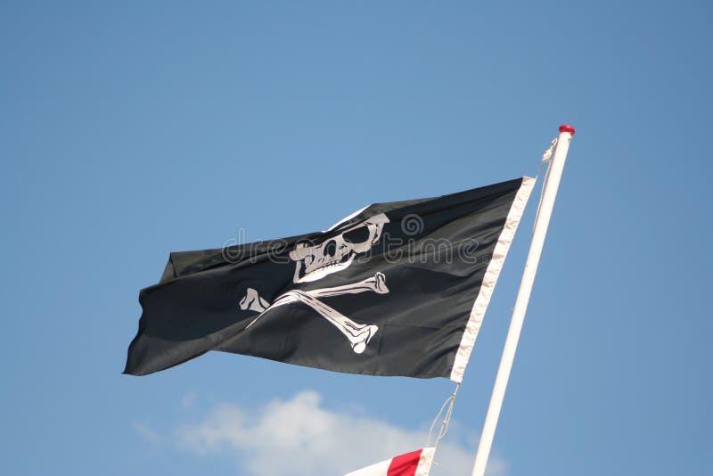 korsade ben flag piratkopierar skallen royaltyfria bilder