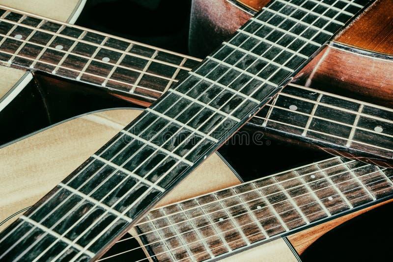 Korsade halsar för akustisk gitarr för tappning royaltyfria bilder