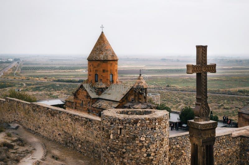 Korset är främst av Khor Virap, Armenien royaltyfria foton