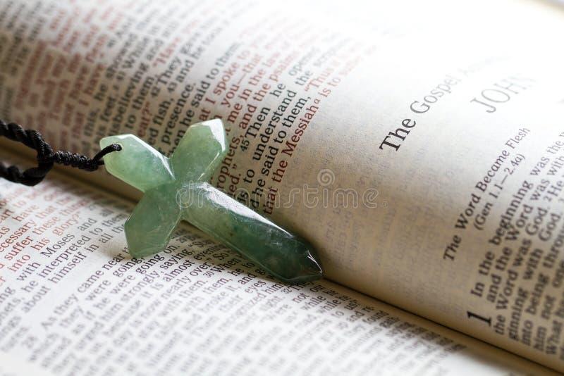 Korset och evangeliet arkivfoton