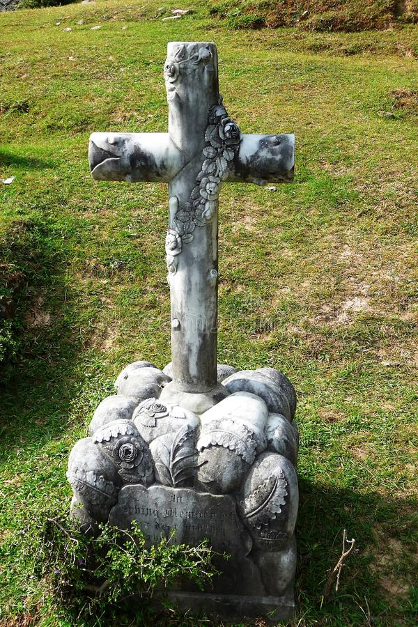 Korset på graven royaltyfri bild