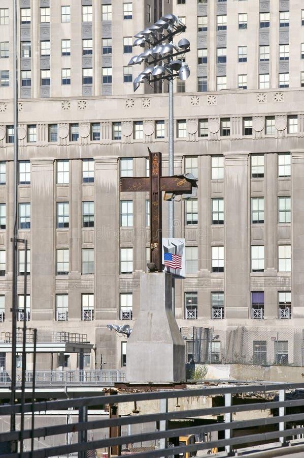 Korset på internationell handel står högt den minnes- platsen för September 11, 2001, New York City, NY royaltyfria bilder