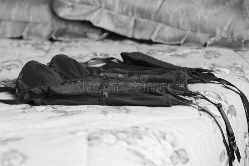 Korsett auf dem Bett lizenzfreie stockfotografie