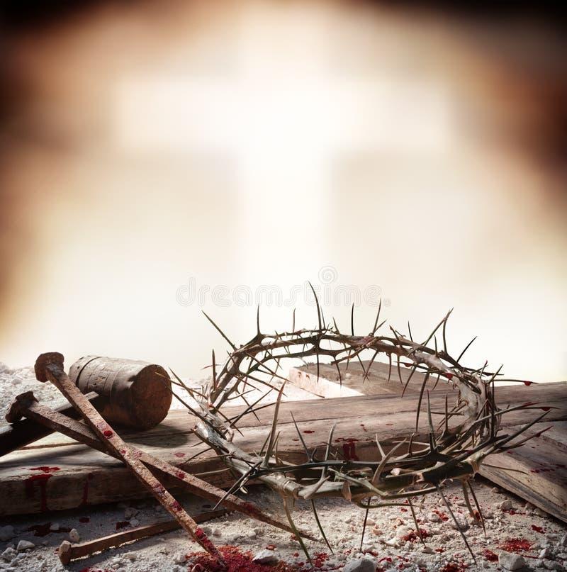 Korsfästelse av Jesus Christ - korset med den blodiga hammaren spikar och kronan royaltyfri fotografi