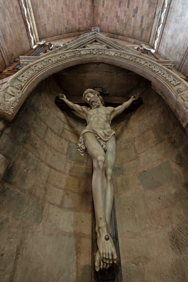 Korsfästelse av Jesus Christ Statue inom kyrkan arkivbilder
