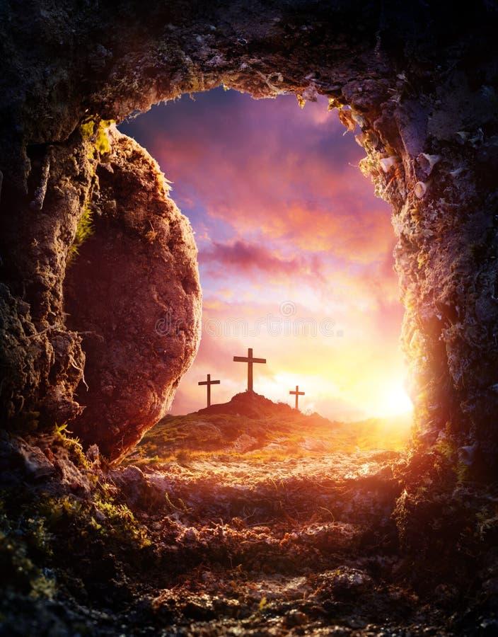 Korsfästelse och uppståndelse av Jesus Christ - tom gravvalv royaltyfri foto