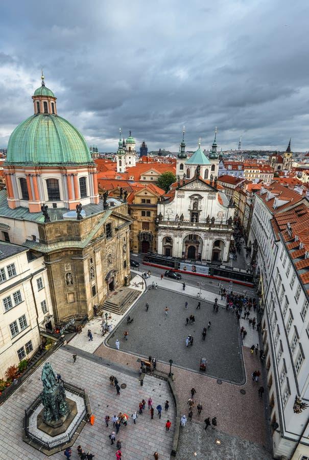Korsfarare kvadrerar och St Francis Church, sikt från det gamla stadbrotornet, den Prague Tjeckien arkivbild