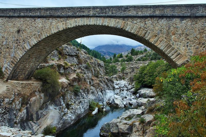 Korsika-Brücke über dem Fluss Golo stockfoto