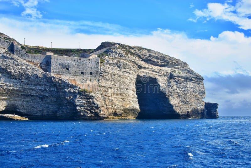 Korsika-hav kust nära staden Bonifacio royaltyfria foton