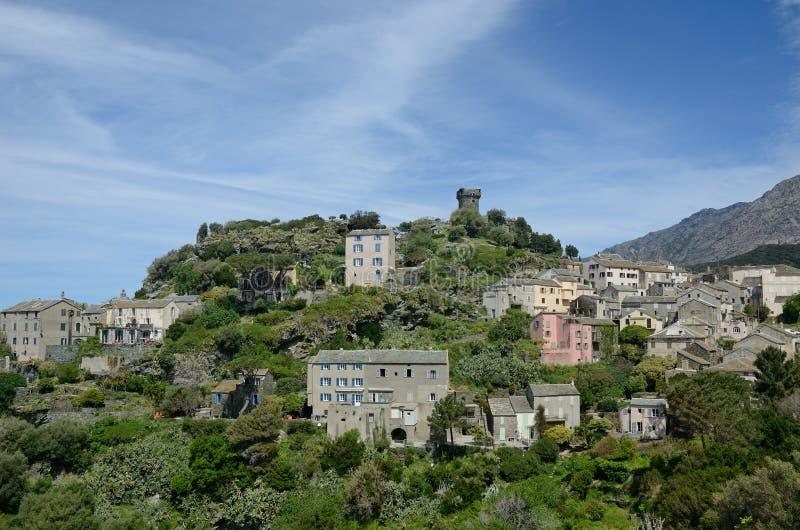 Korsikansk bergby Nonza fotografering för bildbyråer