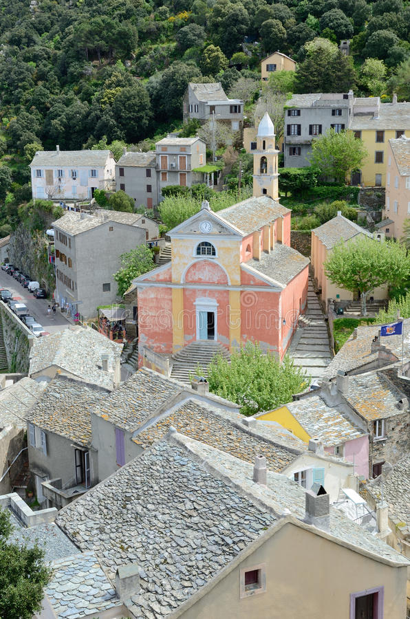Korsikansk bergby Nonza royaltyfri bild
