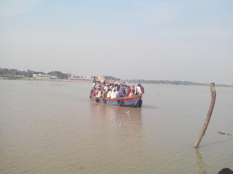 Korsning flod arkivfoton