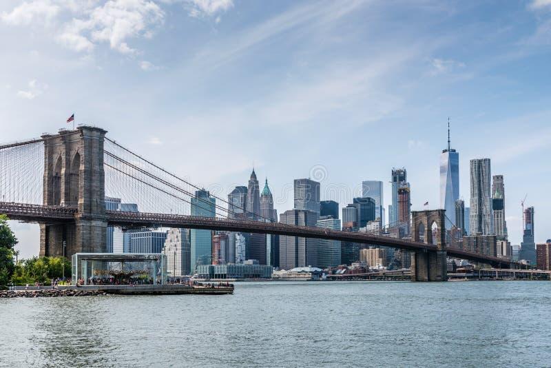 Korsningen för den Brooklyn bron från dess parkerar till Manhattan arkivbild