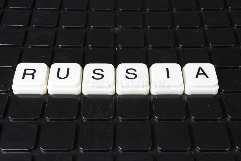 Korsord för Ryssland textord Bakgrund för textur för lek för alfabetbokstavskvarter Svart bakgrund arkivbilder