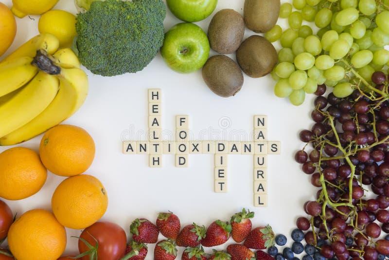 Korsordlek med hälsa - släkta wordings med frukt fotografering för bildbyråer
