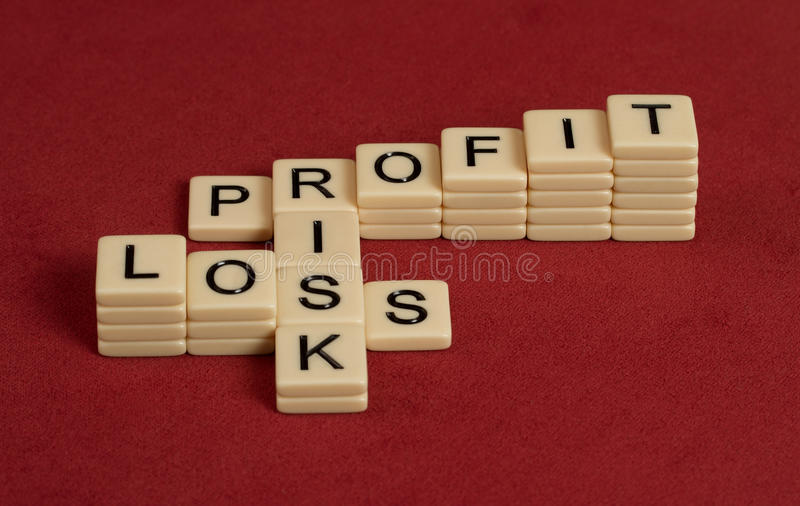 Korsordpusslet med ord riskerar, vinst och förlust Riskmanageme royaltyfri foto