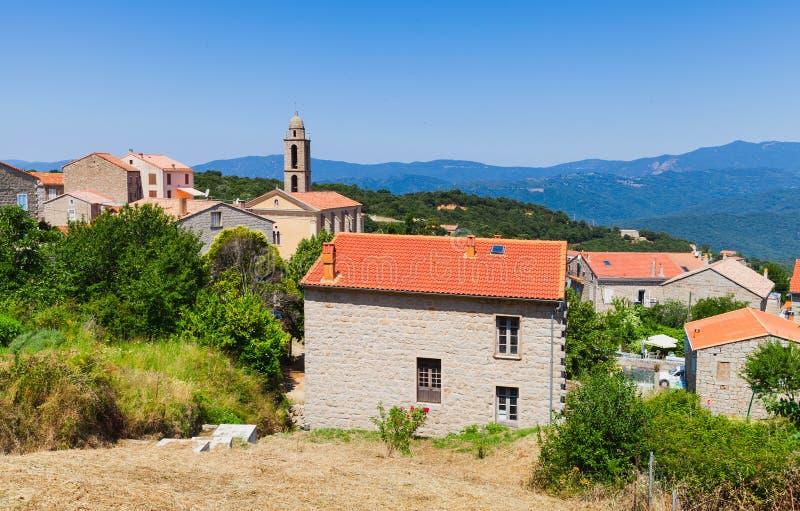 Korsykańska wioska, żyjący domy i dzwonkowy wierza obrazy stock