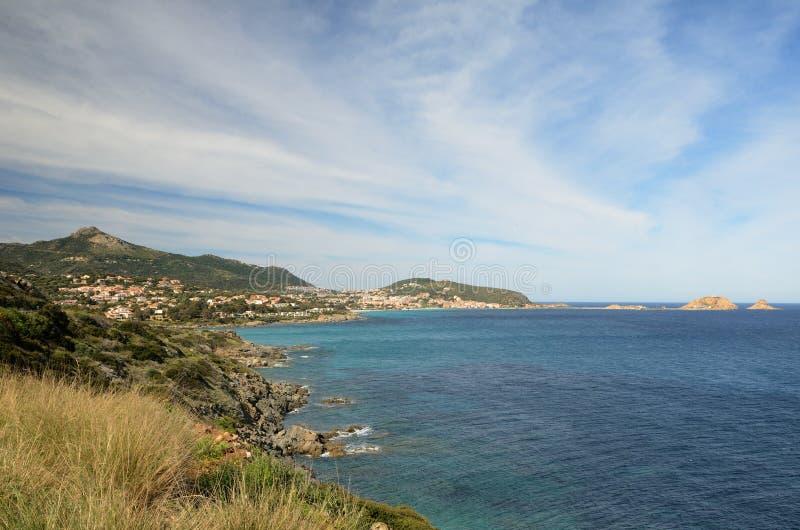 Korsykański brzeg blisko miasteczka przybrzeżnego L ` Ile Rousse zdjęcia royalty free