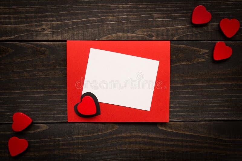 Kort för dag för valentin` s på träbakgrunden Gåvaask, röd hea royaltyfri fotografi