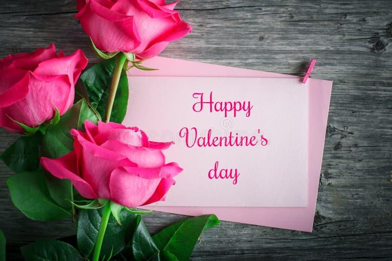 Kort för dagen för St-valentin` s, dag för moder` s Dag av kvinnan Rosa rosor mot en mörk bakgrund royaltyfri fotografi