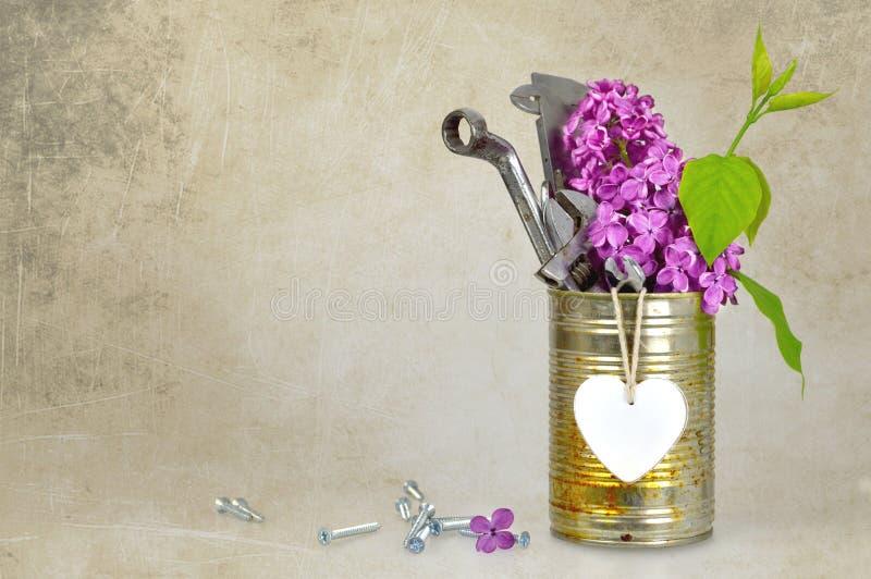 Kort för faderdag med hjälpmedel, hjärta och blommor på grungebakgrund arkivbilder