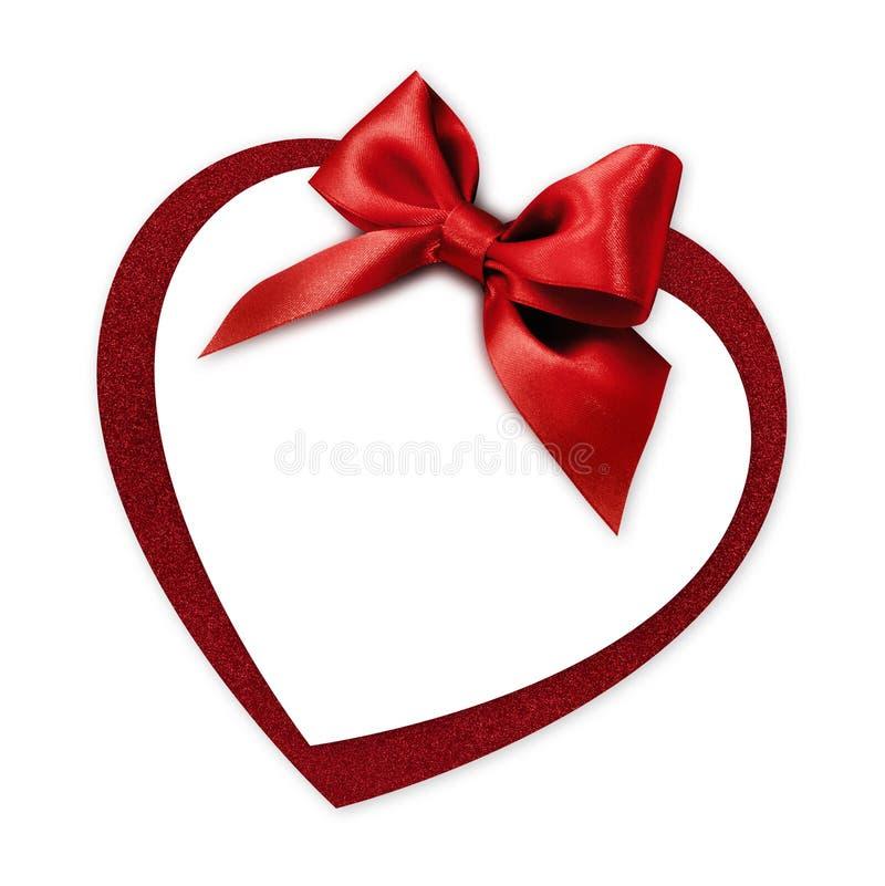 Kort för gåva för valentinhjärtaform med röda den isolerade bandpilbågen royaltyfri foto