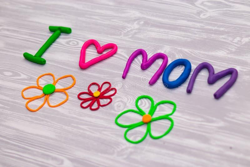 Kort för hälsning för moderdag med plasticinetextmallen Handgjord hantverkgåva för roliga ungar för mamma För affisch gåvakort arkivfoto