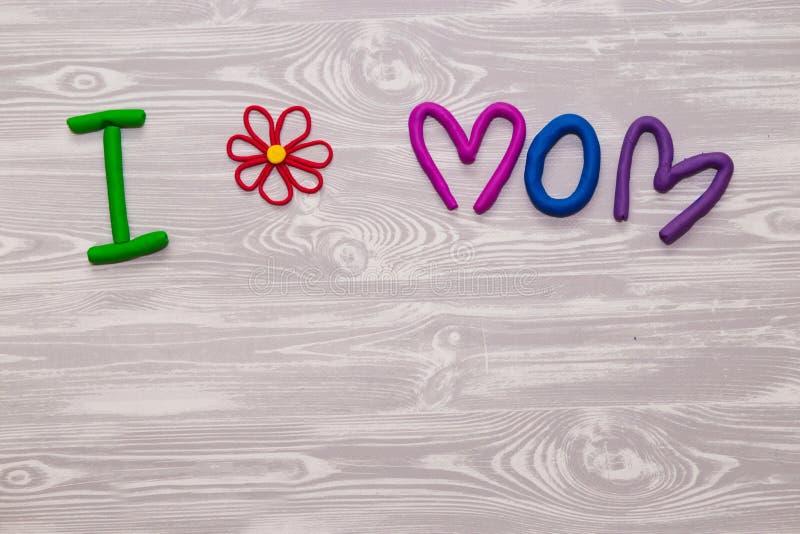 Kort för hälsning för moderdag med plasticinetextmallen Handgjord hantverkgåva för roliga ungar för mamma För affisch gåvakort royaltyfri fotografi