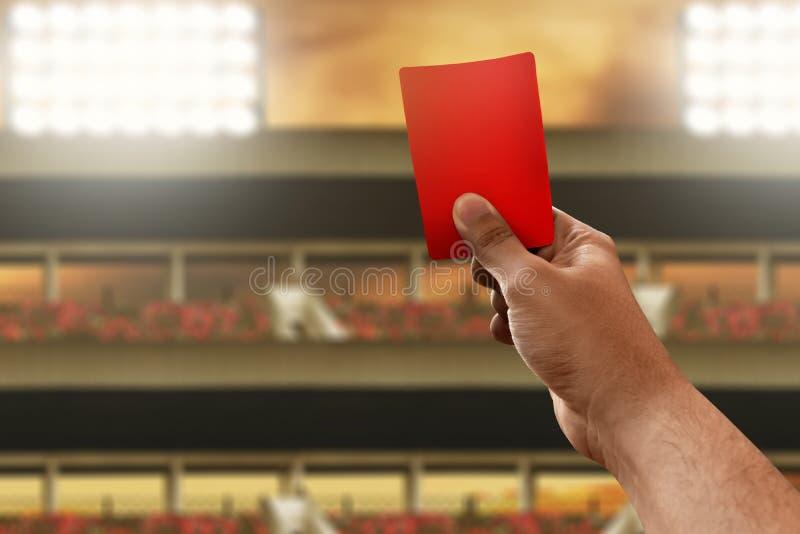 Kort för håll för fotbolldomarehand rött royaltyfri fotografi