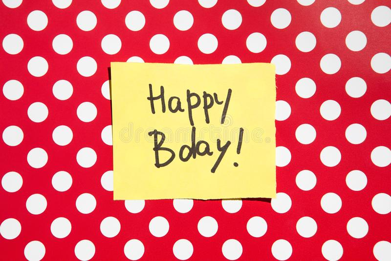 Kort för lycklig födelsedag med röd bakgrund, årsdagberöm royaltyfri foto