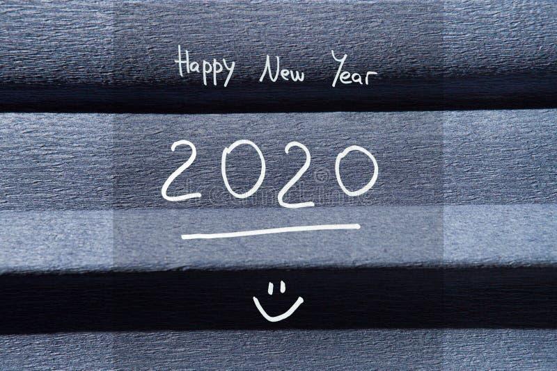 2020 kort för lyckligt nytt år med nummer och text på marinblå bakgrund arkivbild