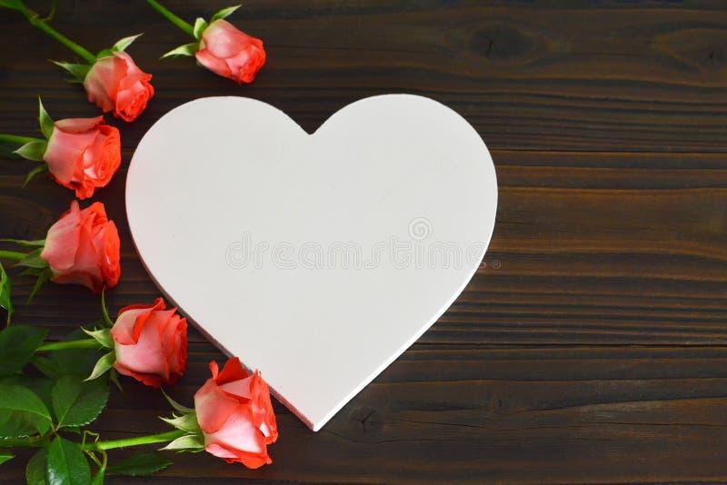 Kort för moderdag med hjärta och rosor royaltyfri foto