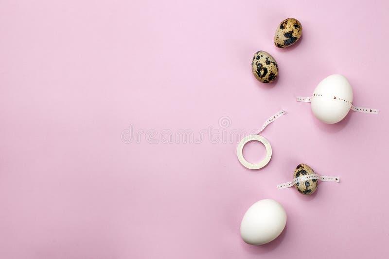 Kort för påskvibesferie modern konst Fira påsktradition Ställ in av ägg med tejpen på rosa purpurfärgad bakgrund, minsta arkivfoto