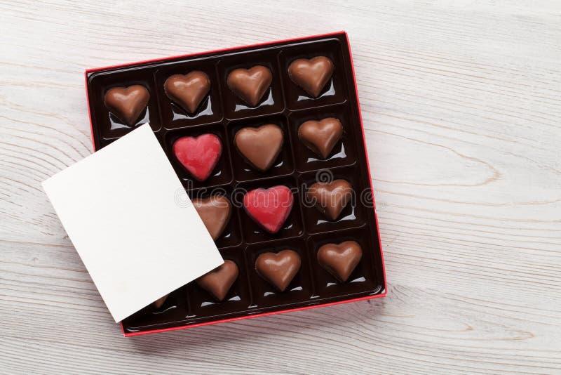 Kort för valentindaghälsning över chokladasken royaltyfria bilder