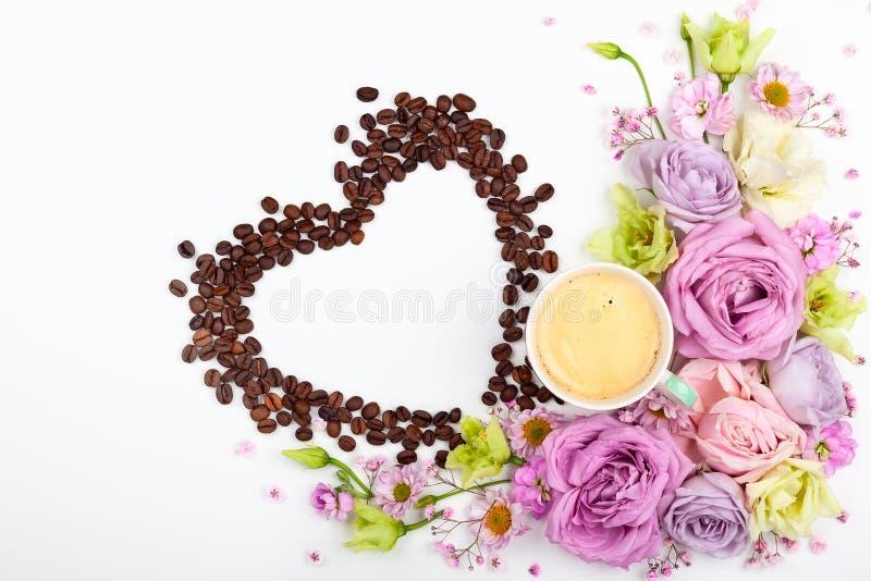 Kort för valentindaghälsning med blommor och koppen kaffe arkivfoto