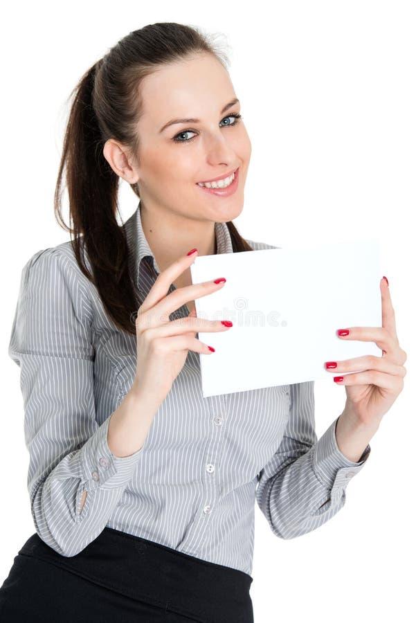 Tomt kort för attraktivt brunettinnehav royaltyfri fotografi