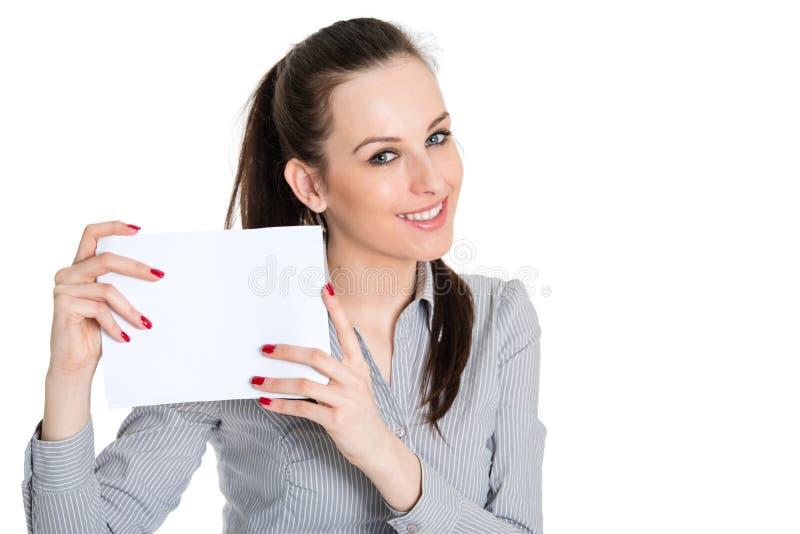 Tomt kort för attraktivt brunettinnehav royaltyfri foto