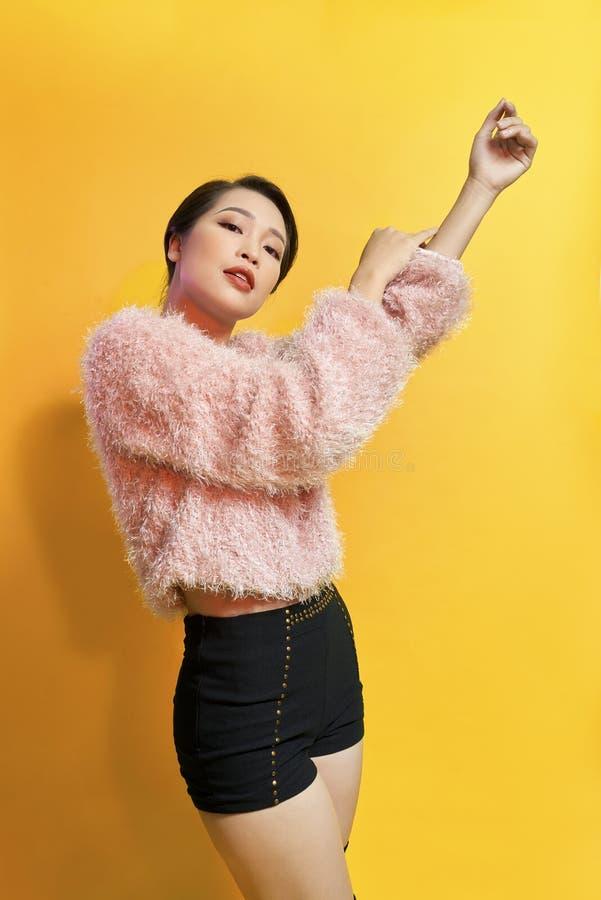 Kort-haired flicka i trendig dans Ung sk?mtsam kvinnlig modell i stilfull p?lsdr?kt H?rlig lycklig kvinna som har rolig dans fotografering för bildbyråer