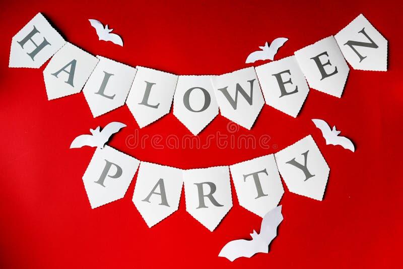 kort lyckliga halloween Stilfull röd bakgrund med allhelgonaaftonslagträn Lekmanna- l?genhet, b?sta sikt arkivfoto