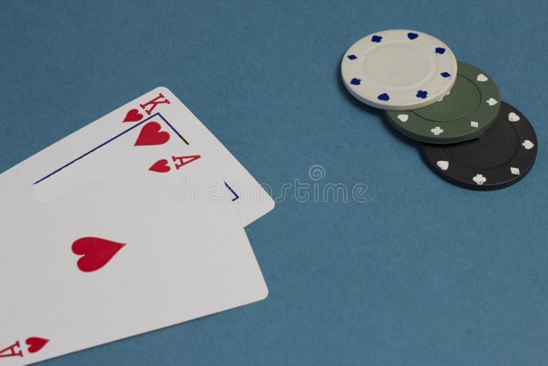 Kort och chiper på en blå bakgrund, kasino royaltyfri foto