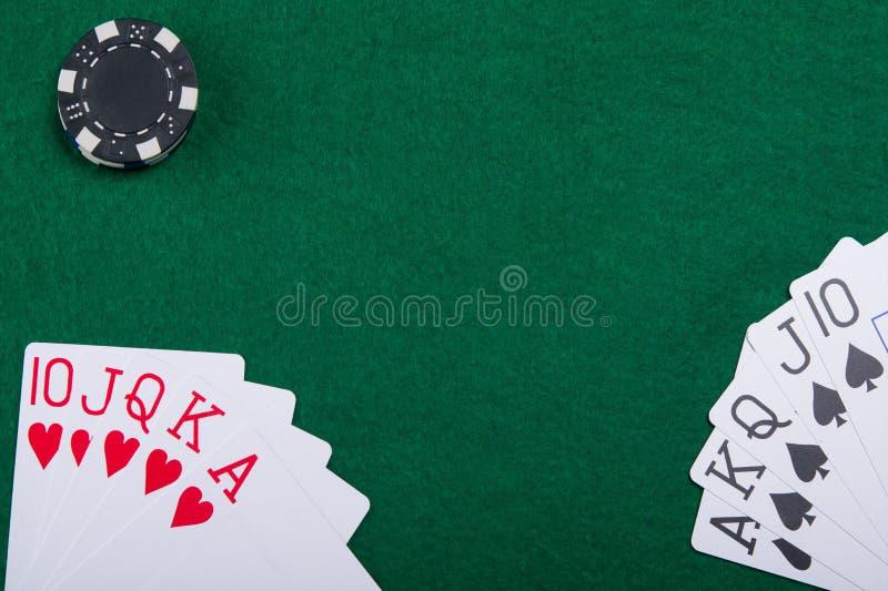 Kort på en grön pokertabell från två pokerspelare arkivfoton